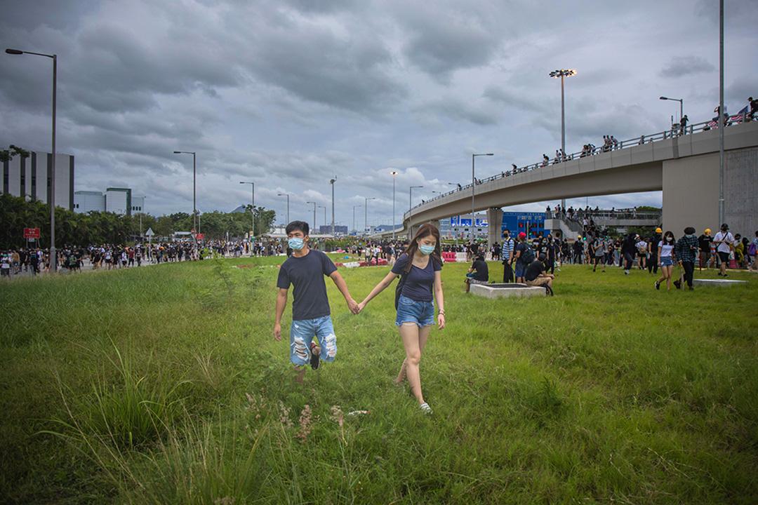 2019年9月1日,一對情侶由機場步行至東涌。示威者包圍機場,機場交通擠塞,警察於機場清場,示威者只能徒步逃離。