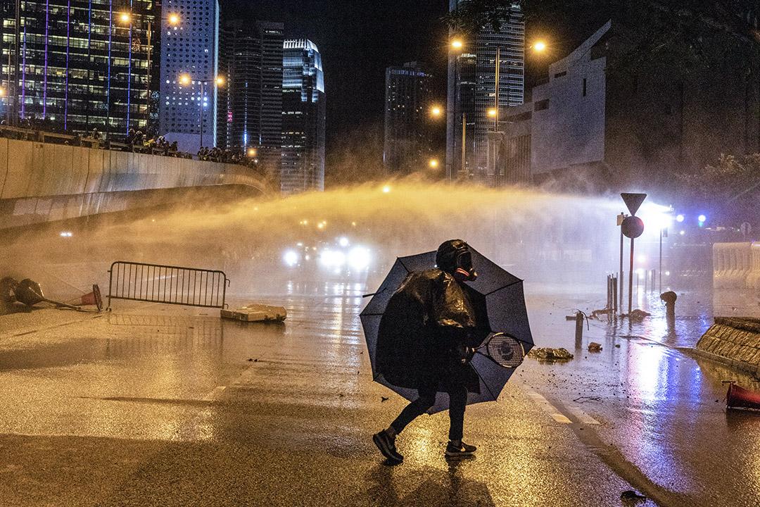 9月28日,晚上8點半左右,警察出動水炮車驅散示威者。