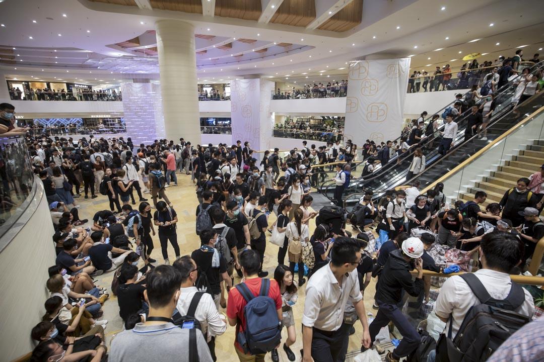 2019年6月12日,金鐘街上有大量催淚彈如雨落下和警察大規模拘捕,示威者走到太古廣場內躲避和休息。  攝:Paul Yeung/Bloomberg via Getty Images