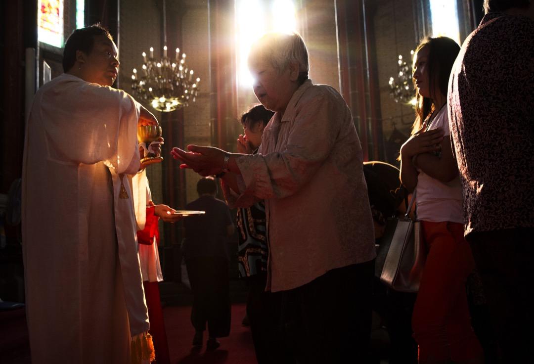 文化大革命十年間,中國教會音訊斷絕,梵蒂岡以為上帝在中國播下的種子已經死了。出乎意料,不少人走過死蔭的幽谷仍信仰堅定,見證天主教在中國生根。