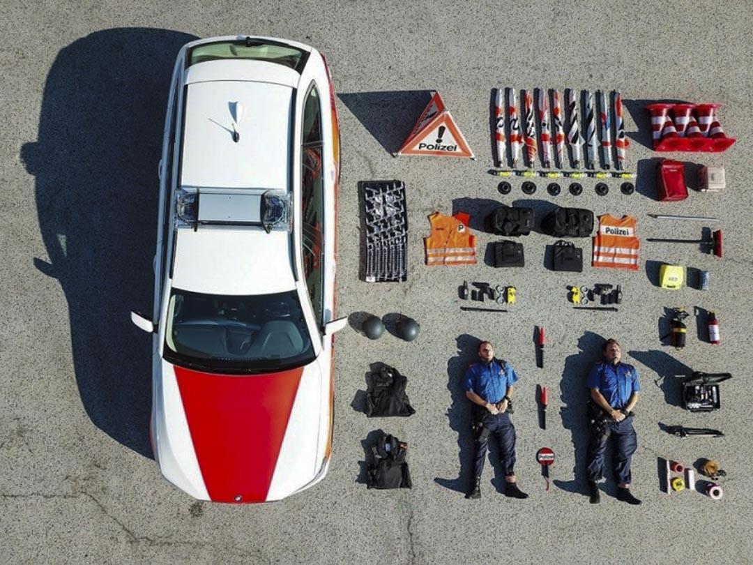 瑞士蘇黎世(canton of Zurich)警察局早前在facebook分享相片,內容包括1輛警車、交通錐、警察隨身裝備及2名平躺的警員,全部都整齊排列在地上,擺放方式就像商品的開箱照。 網上圖片