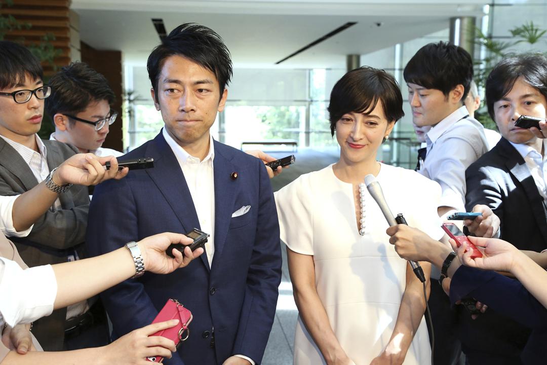2019年8月7日,小泉進次郎和妻子瀧川克莉絲汀前往首相官邸,向首相安倍晉三報告他們結婚的消息。 圖片來源:東方 IC