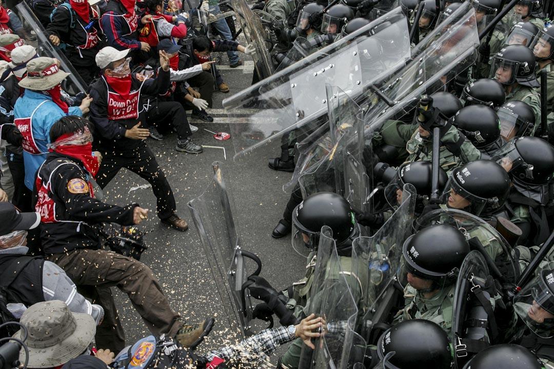 2005年12月5日,反世貿示威中,來港示威的韓農與香港警察爆發衝突。