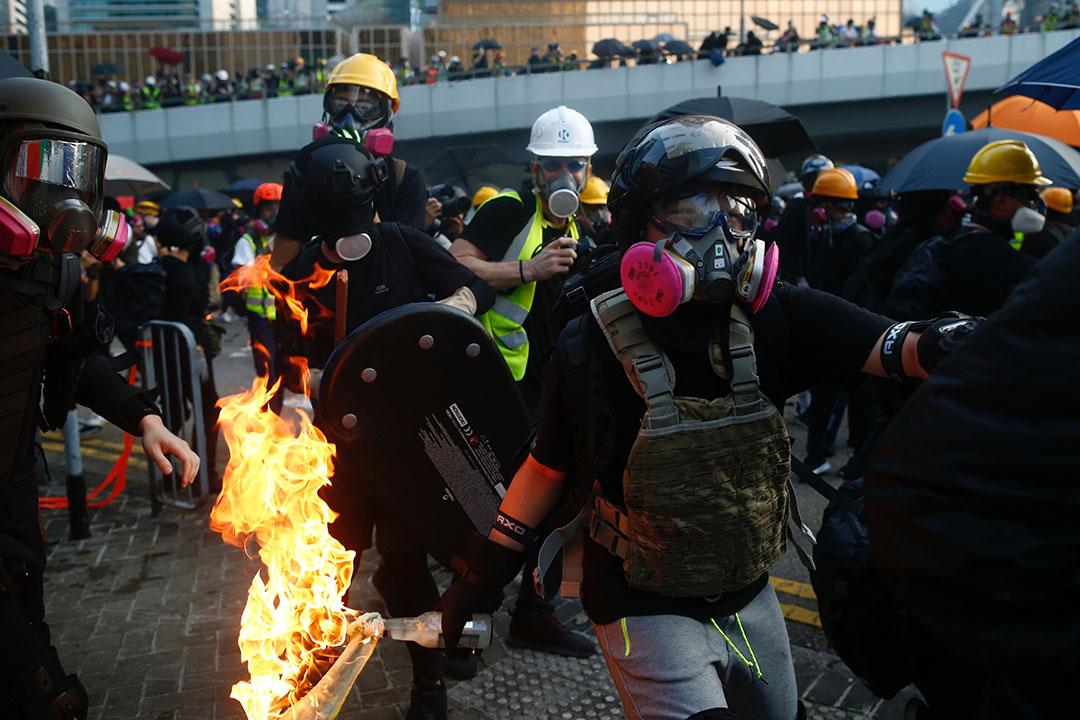 9月15日,下午6點左右,示威者扔擲燃燒物。