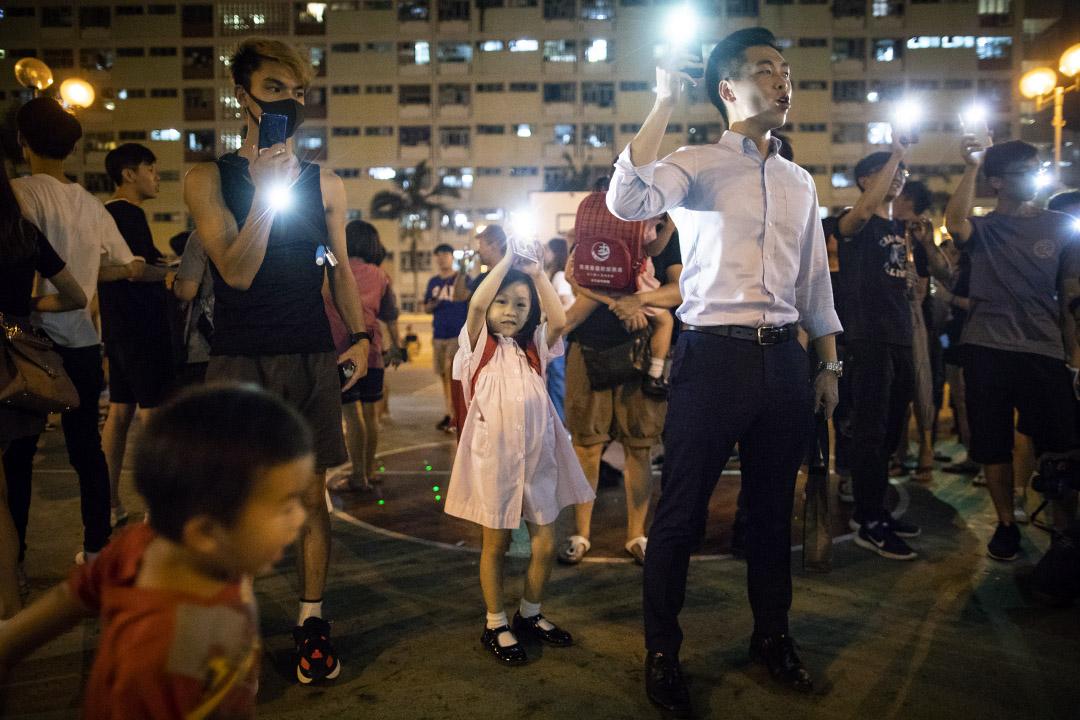 2019年9月16日,一名女孩參加彩虹邨的合唱活動,參與者在藍球場上高唱《願榮光歸香港》。