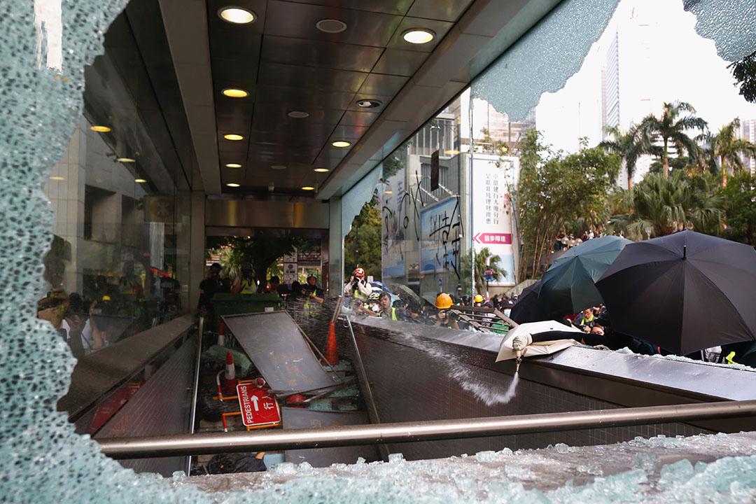 9月8日,示威者破壞中環站設施後的景象。