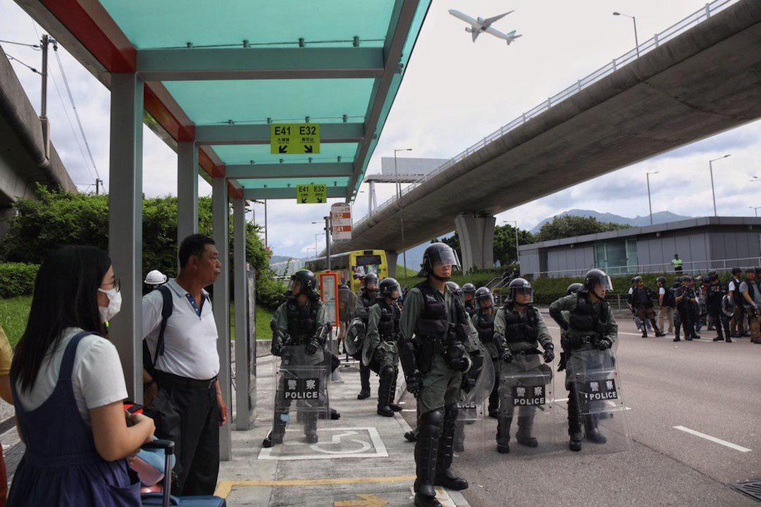 2019年9月1日,防暴警察向機場巴士總站方向推進防線,並停駐在客運大樓入口外。