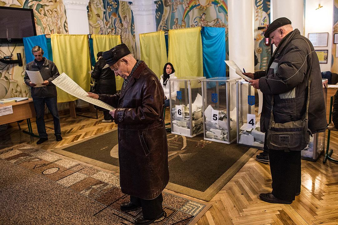 2014年10月26日,烏克蘭基輔的投票站,市民等待投票。