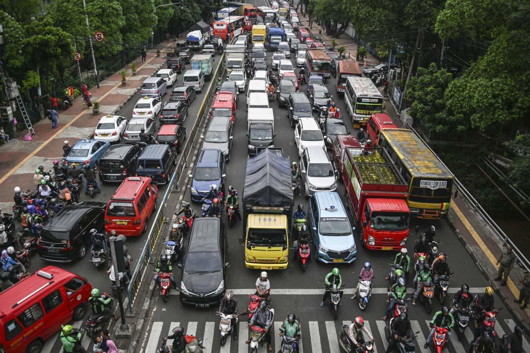 Gojek在印尼發家於坐擁3000萬人口的「世界最堵車城市」雅加達。摩托車能夠應付狹窄的空間,「藐視」交通規則,通過繞道避開高度擁擠的路段,比起轎車更顯優勢。