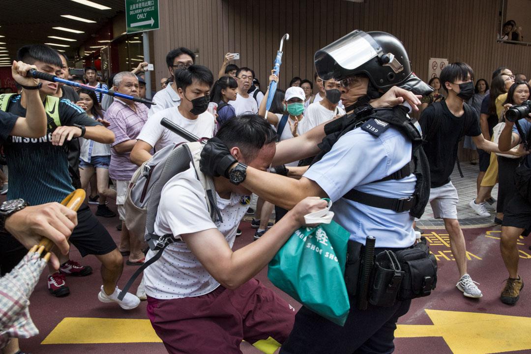 2019年9月14日,九龍灣淘大商場,警察到場後拘捕多名戴口罩或蒙面青年。