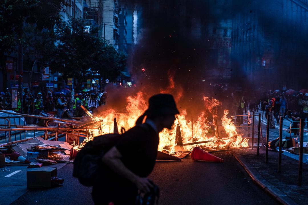 2019年9月29日,示威者焚燒雜物。