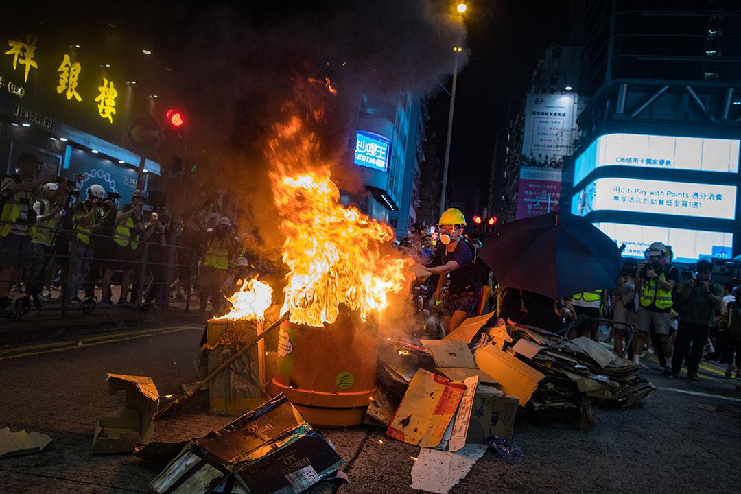 2019年9月6日,示威者在彌敦道上縱火。