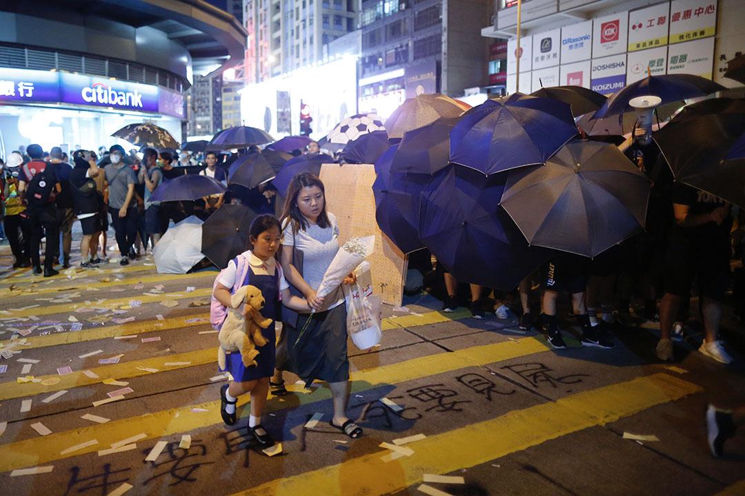 大批市民聚集太子站抗議促港鐵公開831事件錄影。