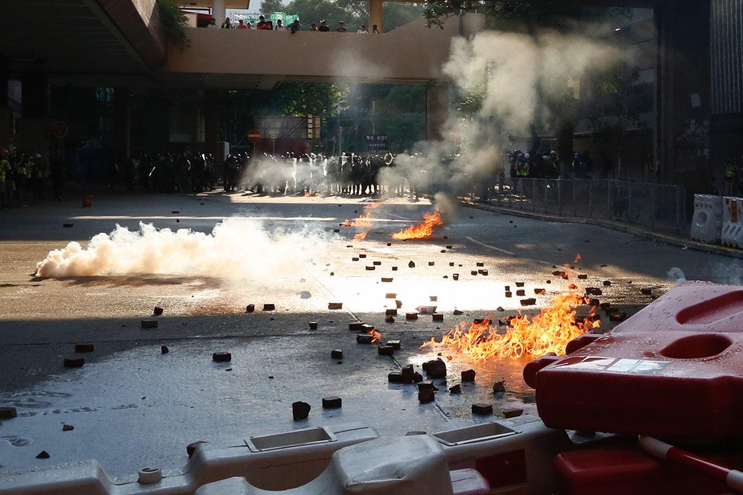 9月21日,下午5點左右,示威者向警方方向投擲疑似燃燒彈,馬路上燃起火星。