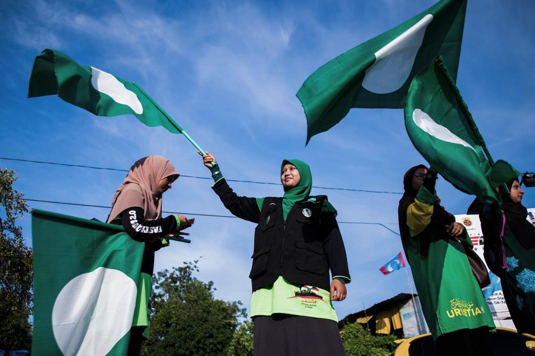 2018年5月8日,馬來西亞伊斯蘭黨支持者在大選前於亞羅士打揮舞黨旗。