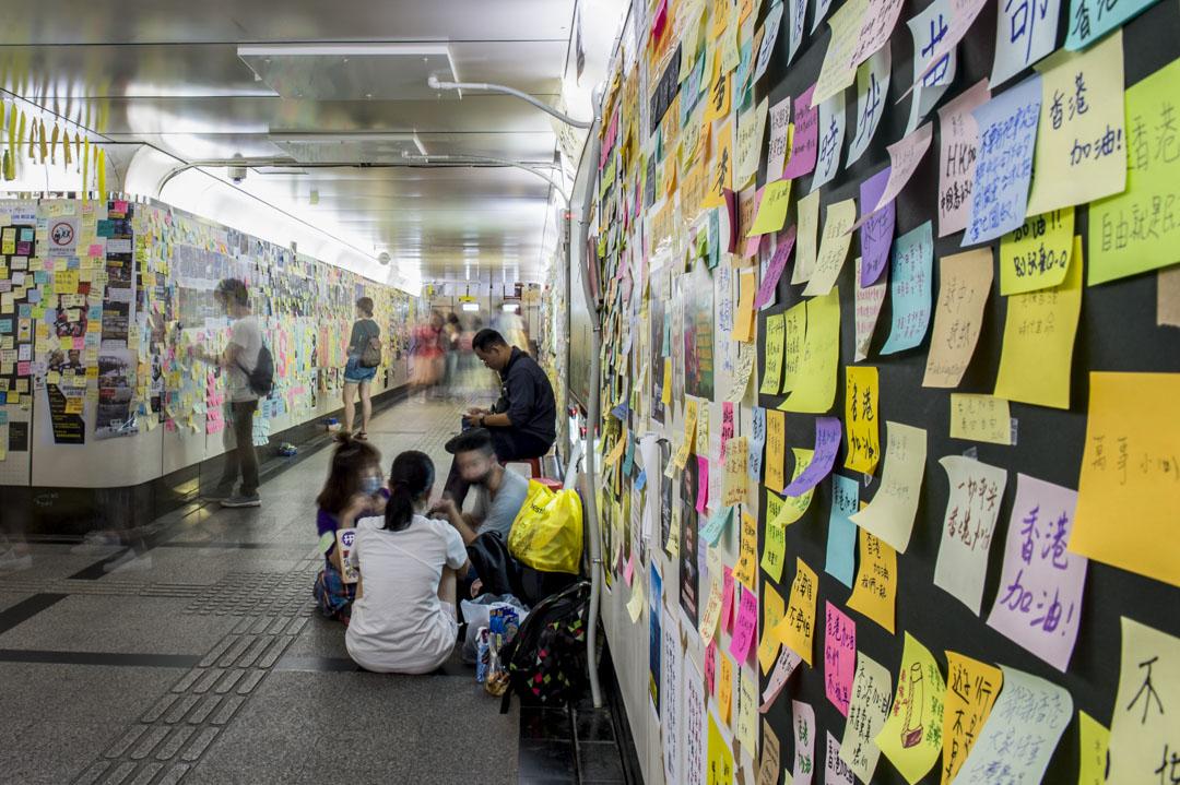 台灣公館連儂牆,公館地下道走廊兩側貼滿聲援香港的便利貼。 攝:林彥延/端傳媒
