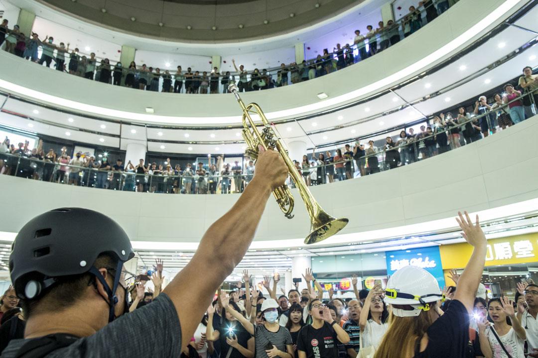 2019年9月12日,藍田麗港城,數百市民高唱《願榮光歸香港》。 攝:林振東/端傳媒