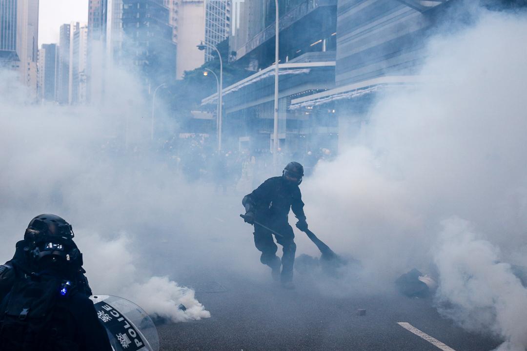 2019年9月29日,警方拖走被拘捕的示威者。