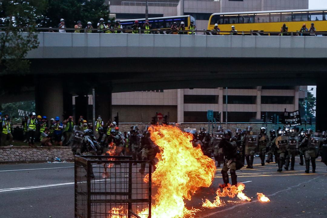 2019年9月29日,警方防線前燃起火種。