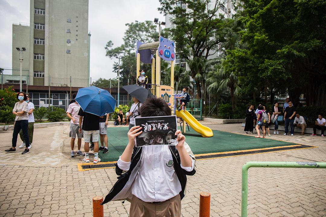 2019年9月3日,大埔孔教學院大成何郭佩珍中學外,學生站立抗議。
