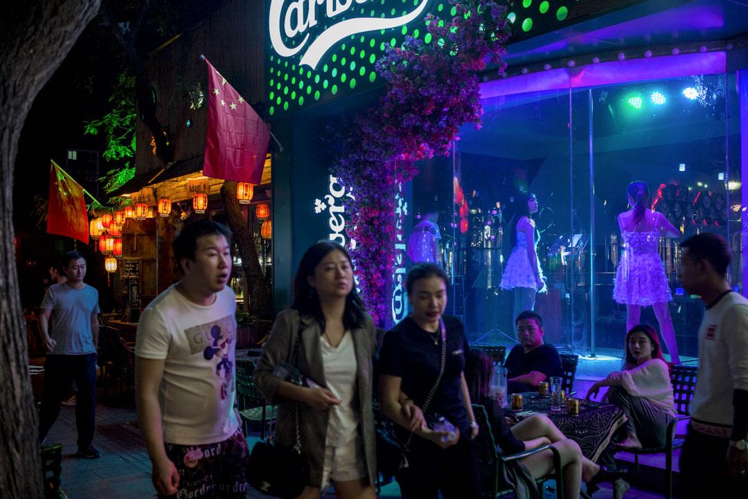 北京的晚上,酒吧外都插上了國旗。