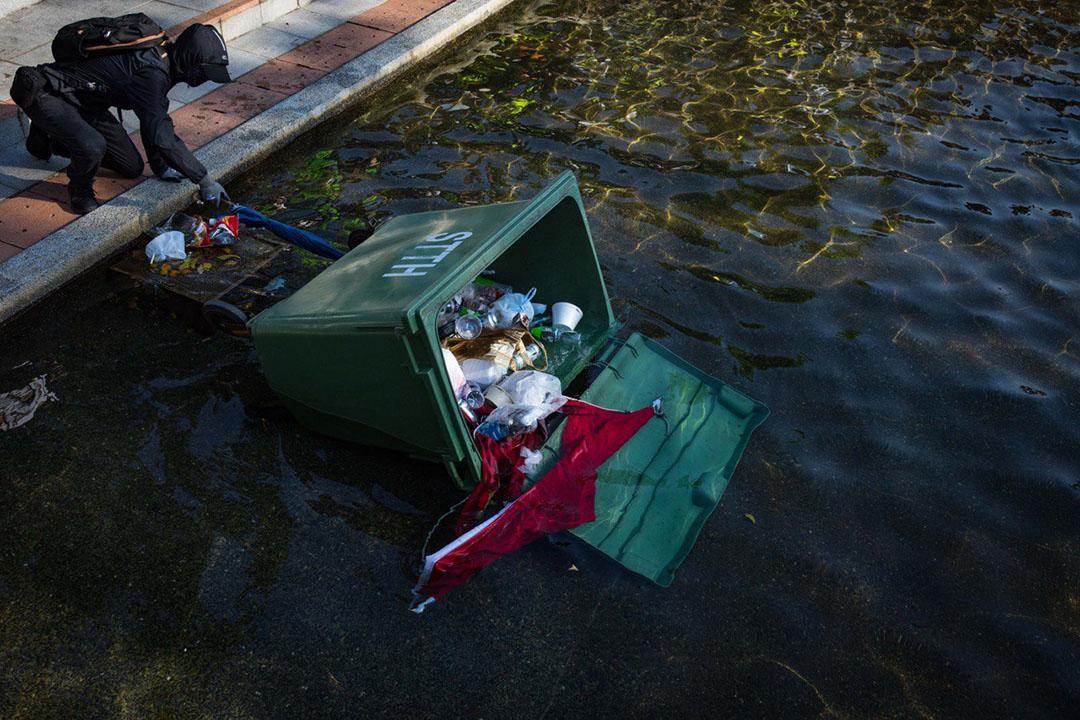 9月22日,下午五點左右,沙田站,國旗在垃圾桶裡。