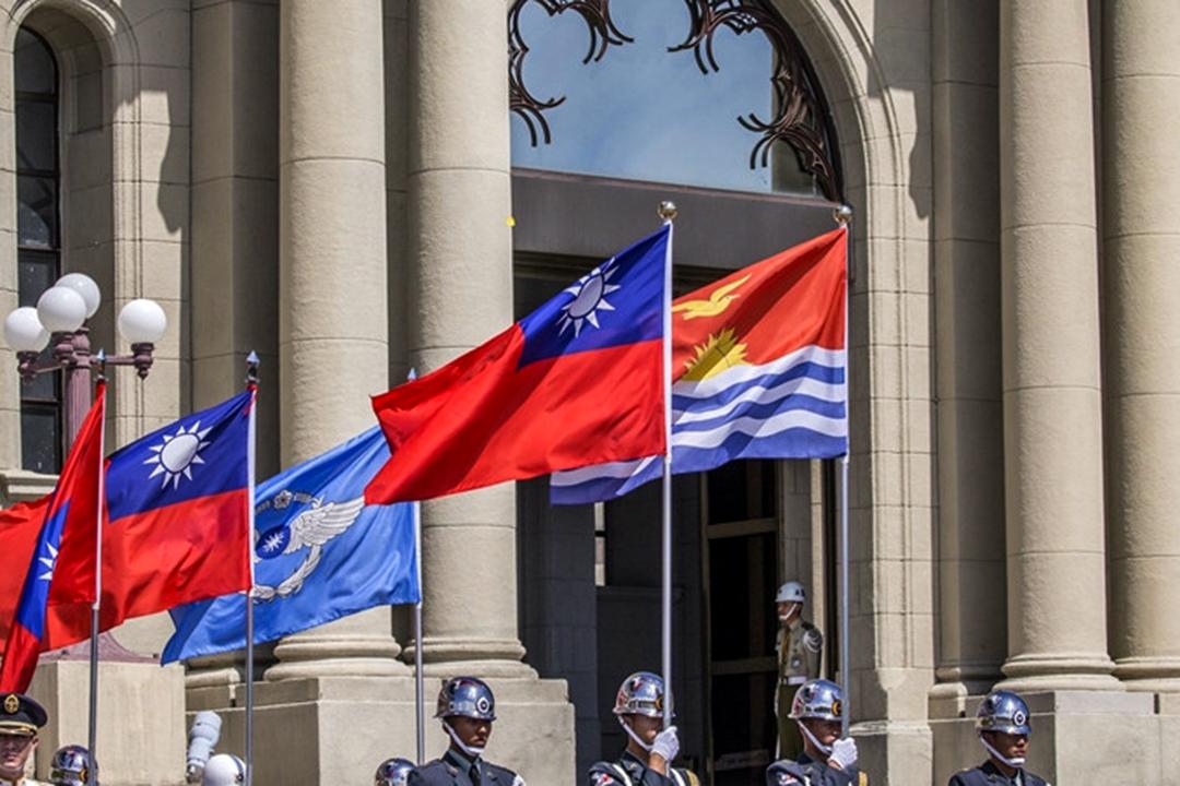2018年7月20日,台灣總統蔡英文在總統府接受吉里巴斯共和國新任駐臺特命全權大使藍黛西(Tessie Eria Lambourne)呈遞到任國書。圖為總統府外兩國國旗。 圖 : 總統府網頁