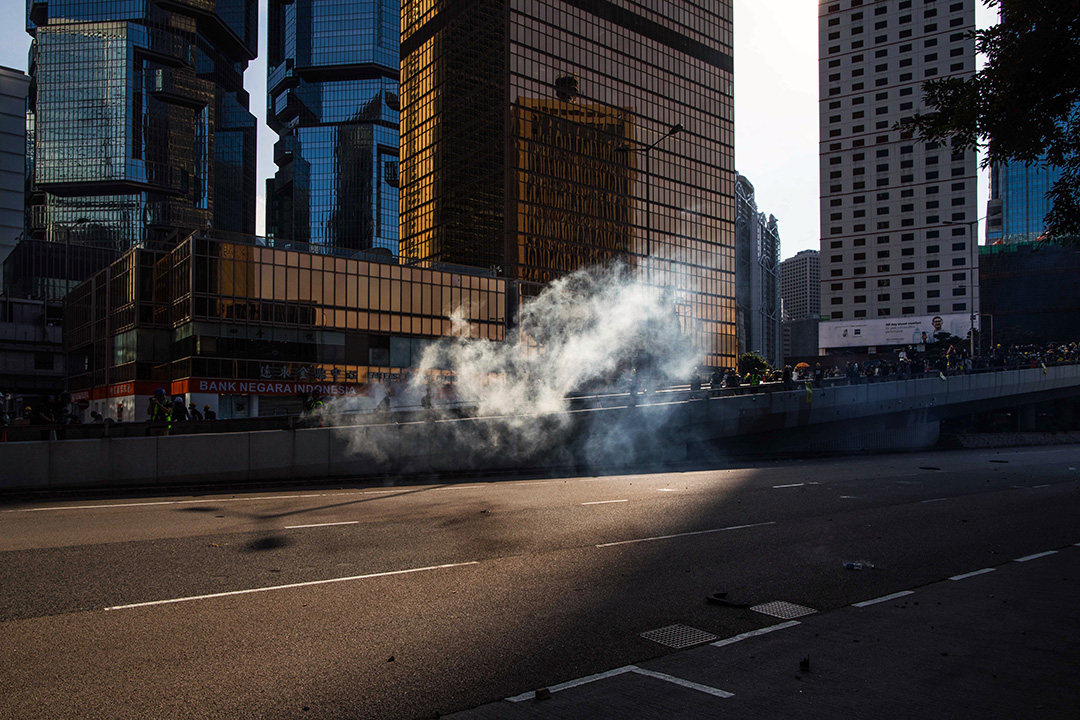 2019年8月5日,全港大罷工,警察在施放催淚彈驅趕示威者後,剩下一縷催淚煙。