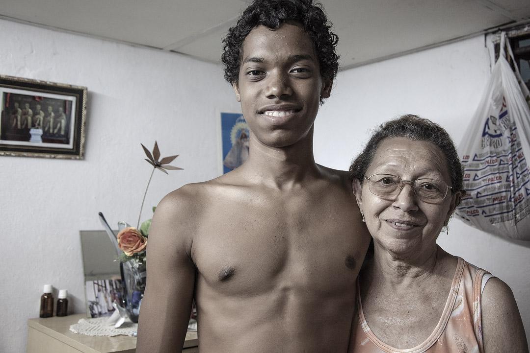 Yamil與祖母何秋蘭。