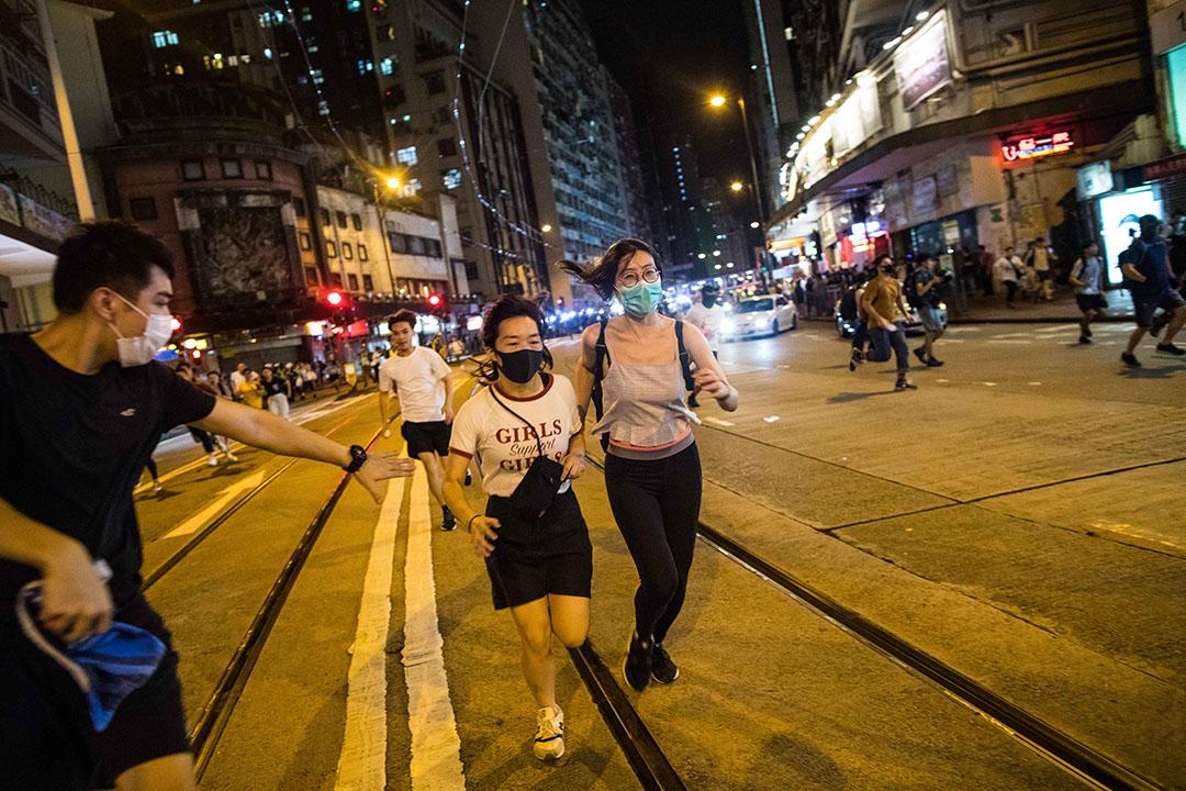 9月15日,晚上10點左右炮台山,示威者奔跑離開現場。