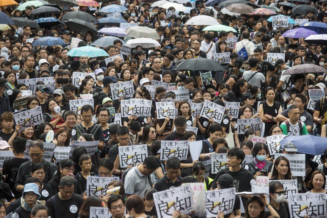 2019年8月17日,有教師發起「守護下一代,為良知發聲」的遊行,當日早上11時在遮打花園舉行集會。 攝:林振東 / 端傳媒