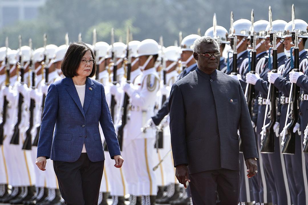 2017年9月26日,索羅門群島總統Manasseh Sogavare(右)和台灣總統蔡英文(左)在台北舉行的歡迎儀式。 攝:Sam Yeh/AFP via Getty Images