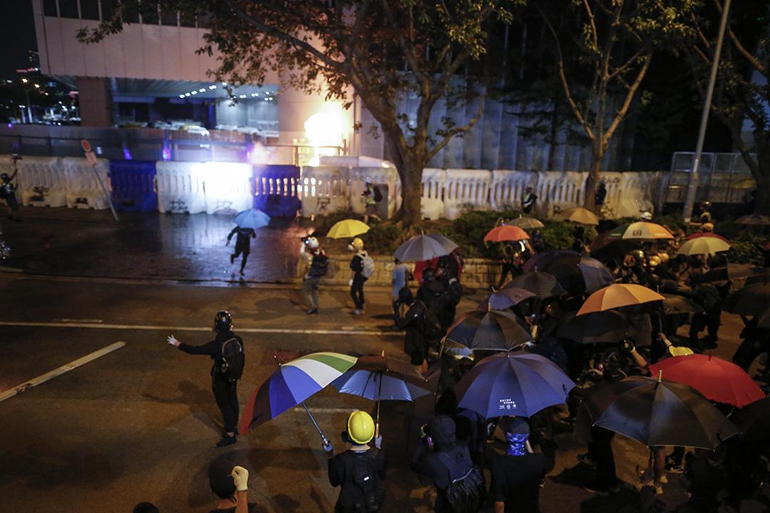 9月28日,晚上8點左右,示威者佔領夏愨道。