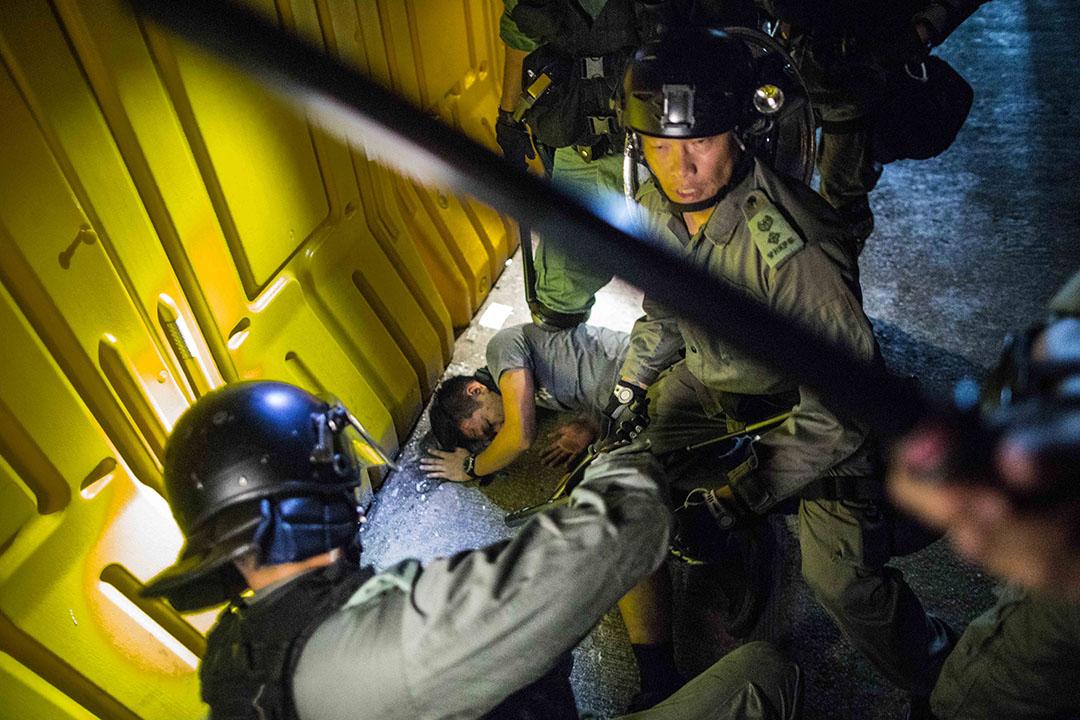 9月15日,晚上10點左右炮台山,警察拘捕一名男子,該男子頭部受傷。