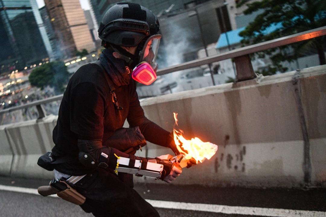 2019年8月31日,圖中示威者腰間配戴疑似佩槍,一度惹起是否有警察喬裝成示威者投擲燃燒彈的疑雲。