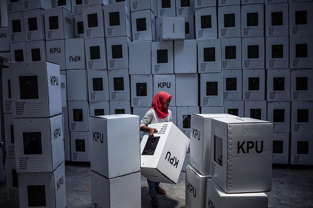 2019年3月18日,印度尼西亞選舉委員會工作人員在泗水安排投票箱,為總統和議會選舉做準備。 攝:Juni Kriswanto/AFP via Getty Images