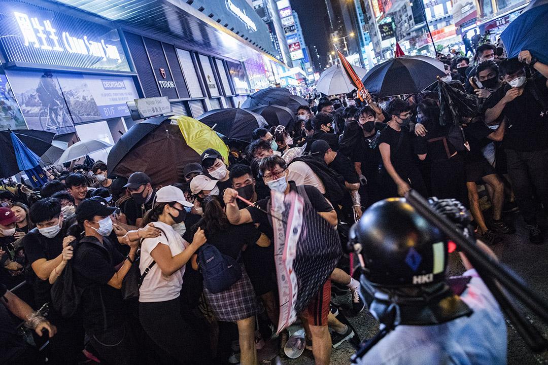 2019年7月7日,防暴警察於旺角使用警棍驅散彌敦道上的示威者。