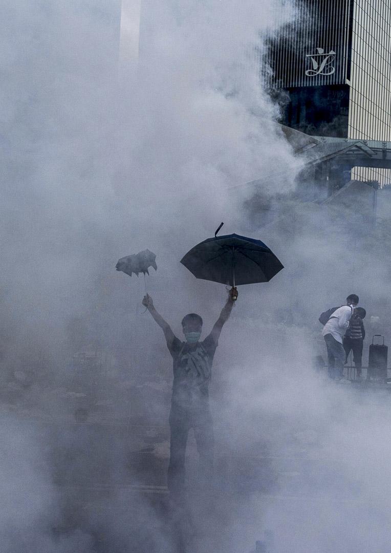 2014年9月28日,防暴警察向金鐘示威者發射催淚彈。