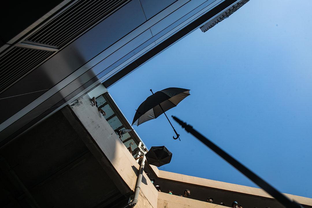 9月21日,五時半左右,參加光復屯門公園遊行的示威者從高處扔下傘。
