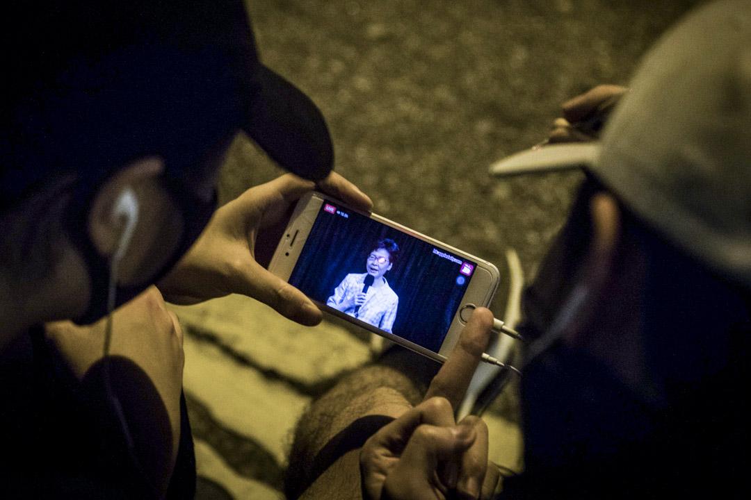 2019年9月26日,灣仔伊利沙伯體育館外,示威者觀看社區對話直播。