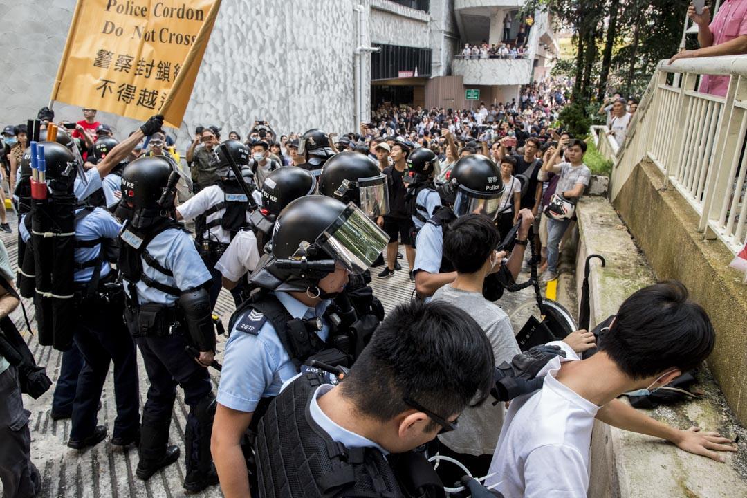 2019年9月14日,九龍灣淘大商場,警察到場後出示寫有「警方封鎖線不得越過」的黃旗,拘捕數名戴口罩或蒙面青年。