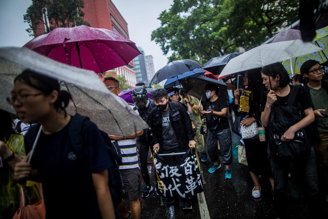 2019年9月29日,台灣民眾發起遊行聲援香港反送中運動,遊行期間下起大雨。