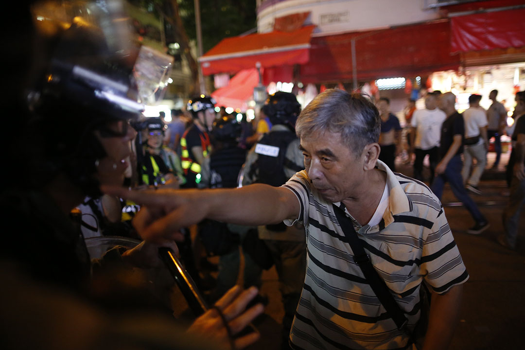 9月15日,晚上8點左右炮台山,被懷疑打人的人被趕到的警察分隔。