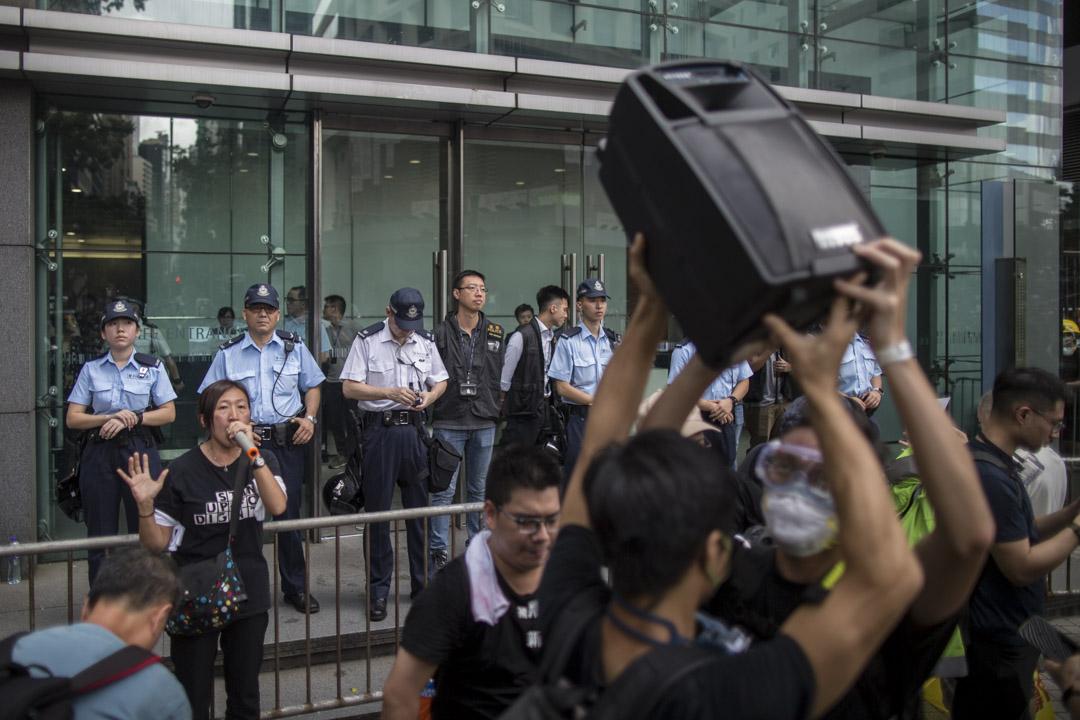 2019年6月21日,社工陳虹秀在示威者包圍灣仔警察總部的現場。
