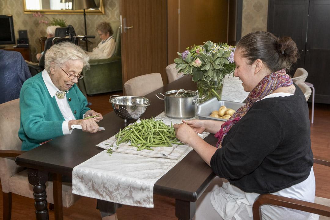 一名老人在準備烹調的蔬菜。