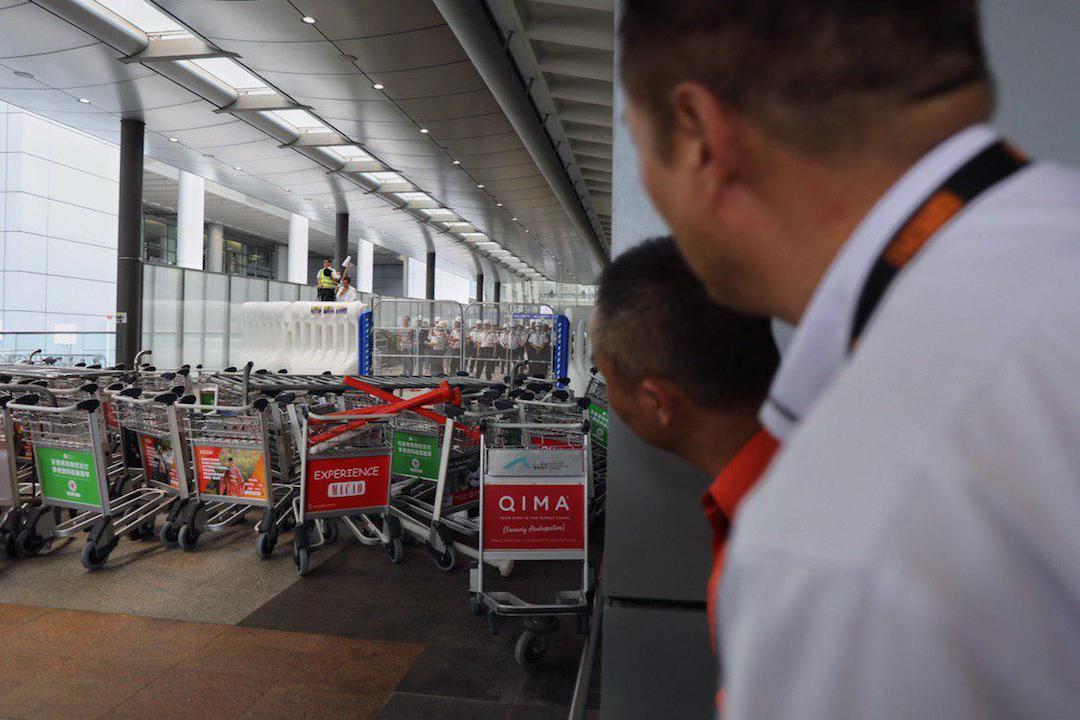 2019年9月1日,機場客運大樓外,多處有示威者架設的路障。