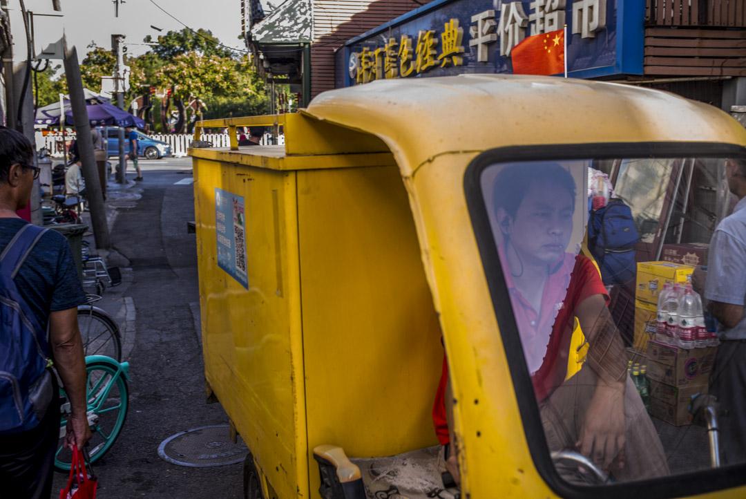 北京的快遞員在路上。
