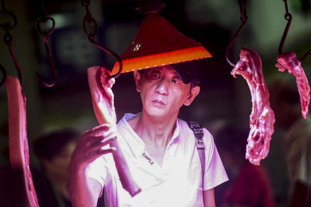 2019年9月10日,中國浙江省一個市場,顧客選購豬肉。