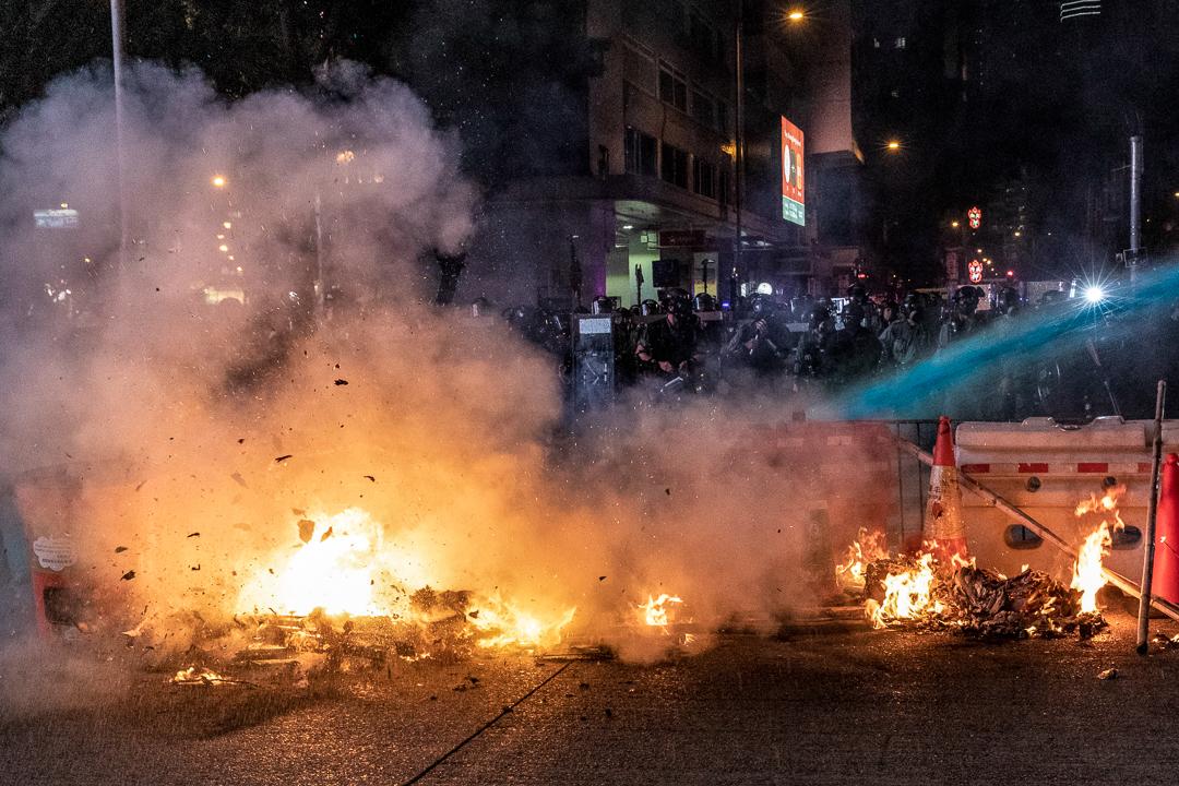 2019年9月29日,警方以水炮車撲熄火堆。
