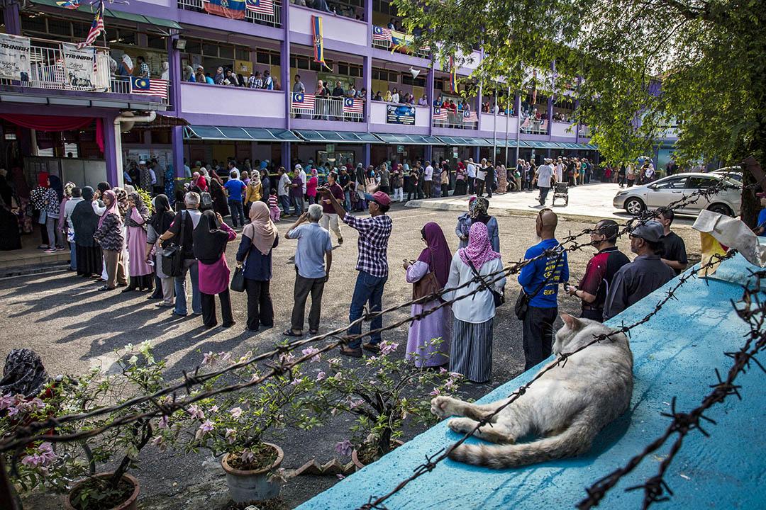 2018年5月9日,選民在吉隆坡的一個投票站外排隊。  攝:Ulet Ifansasti/Getty Images